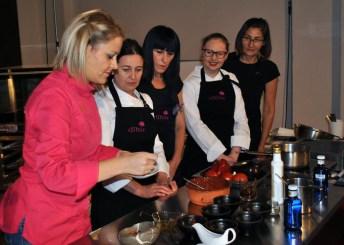 Teresa Gutiérrez y su equipo durante la preparación del asadillo manchego