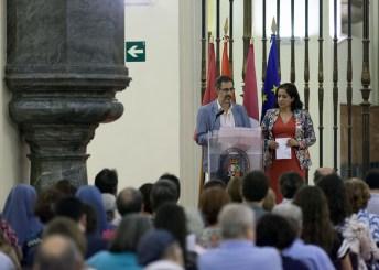 El profesor Gonzalo Melgar y la vicerrectora de Internacionalización y Formación Permanente, Fátima Guadamillas, durante la presentación del concierto