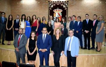 Fotografía con los alumnos que han finalizado su formación, autoridades y equipo docente