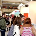 Jóvenes recorriendo los distintos stands ubicados en el Campus de Albacete