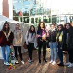 La decana de Ciencias Sociales con estudiantes del centro ante la jaima que acogerá la lectura de poemas