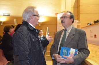 El profesor de la UCLM Miguel Lacruz (i) conversa con Pere Marquès