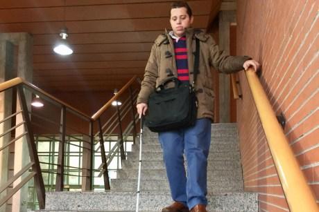 Francisco Corralejo baja unas escaleras