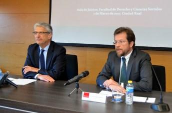 Luis María Díez-Picazo -izquierda-, junto al profesor Luis Arroyo Jiménez