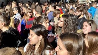 Al finalizar las marchas, los estudiantes han leído un comunicado ante las sedes de Presidencia y de las delegaciones de la Junta de Comunidades