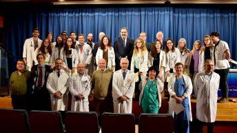 Rector, consejero y demás autoridades con los estudiantes y el personal del SESCAM. © Gabinete de Comunicación UCLM