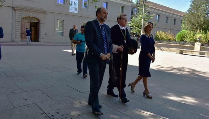 El rector, la alcaldesa de Toledo y el vicepresidente de Castilla-La Mancha a su llegada al paraninfo. © Gabinete de Comunicación UCLM