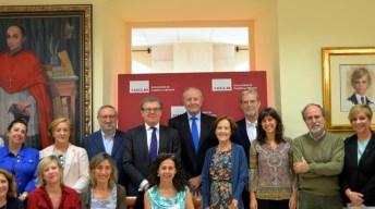 El profesor Elguero -centro, con corbata azul claro, junto al rector-, con algunos de los investigadores que le han acompañado © Gabinete de Comunicación UCLM