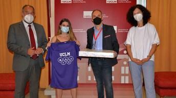 El rector entregó los premios a los ganadores.