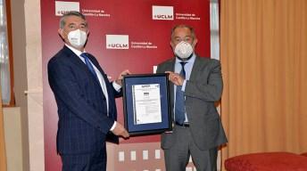 Acto de entrega del certificado celebrado en el Rectorado. © Gabinete de Comunicación UCLM