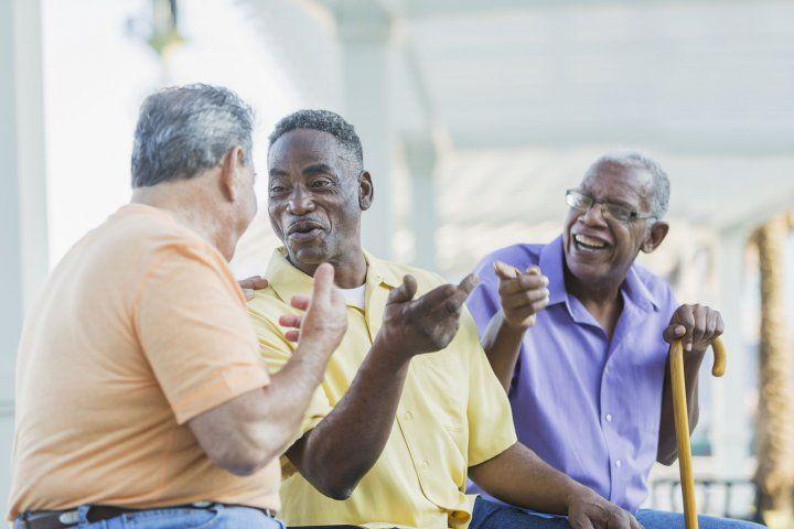tres ancianos hablando mientras están sentados