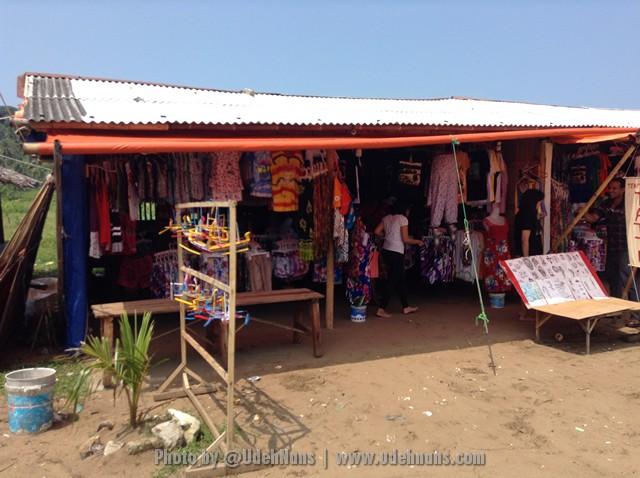Penjual cinderamata di Pantai Sawarna