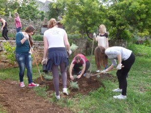 Srednjoškolci u volonterskoj akciji