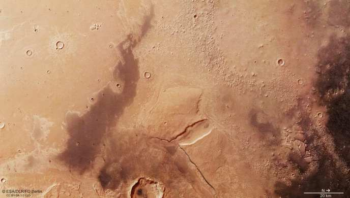 Pyramids and an extinct civilization on Mars