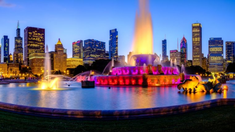 Buckingham Fountain and Chicago skyline at the blue hour