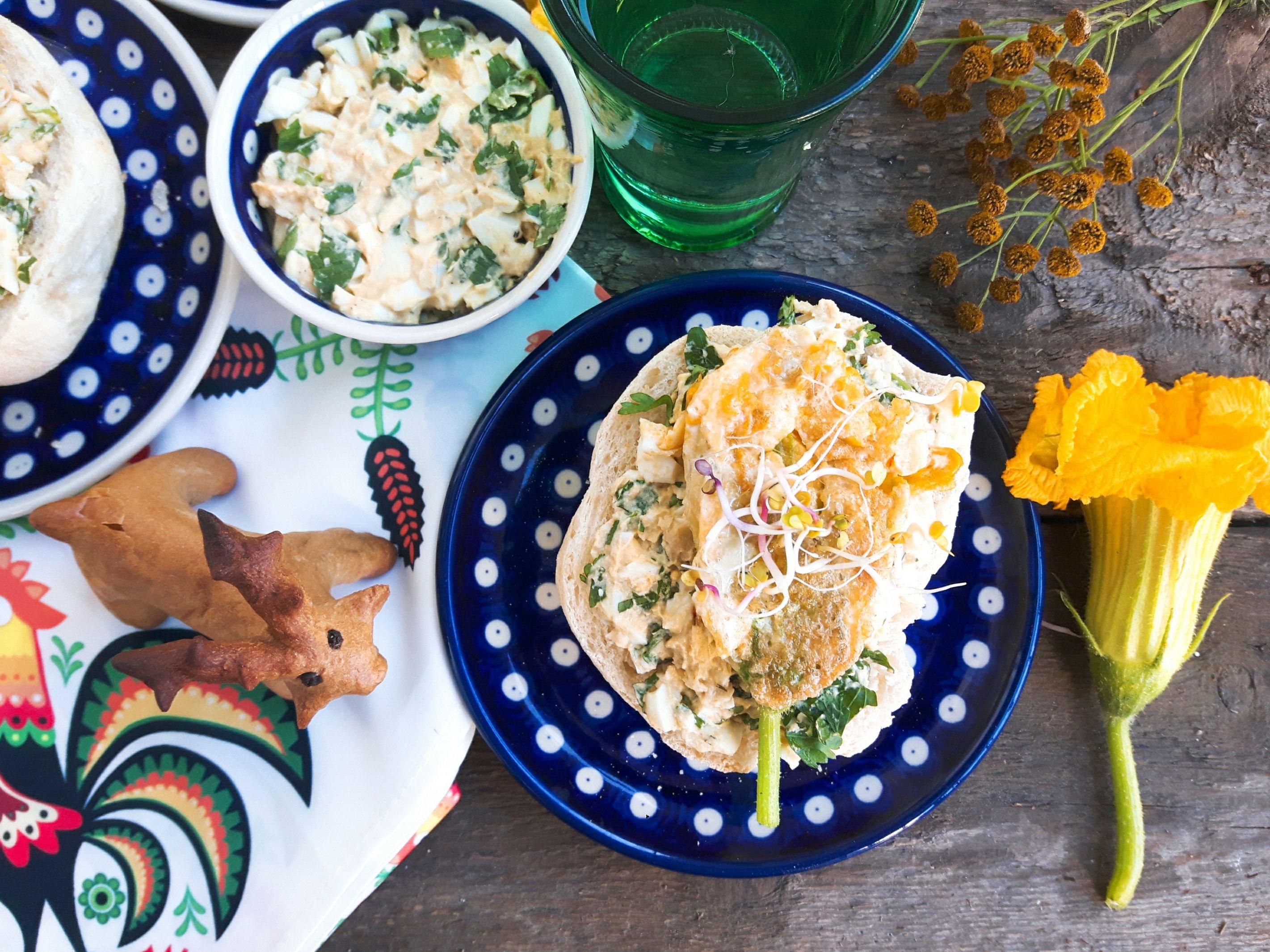 Pasta jajeczna z hummusem i kwiatami cukinii