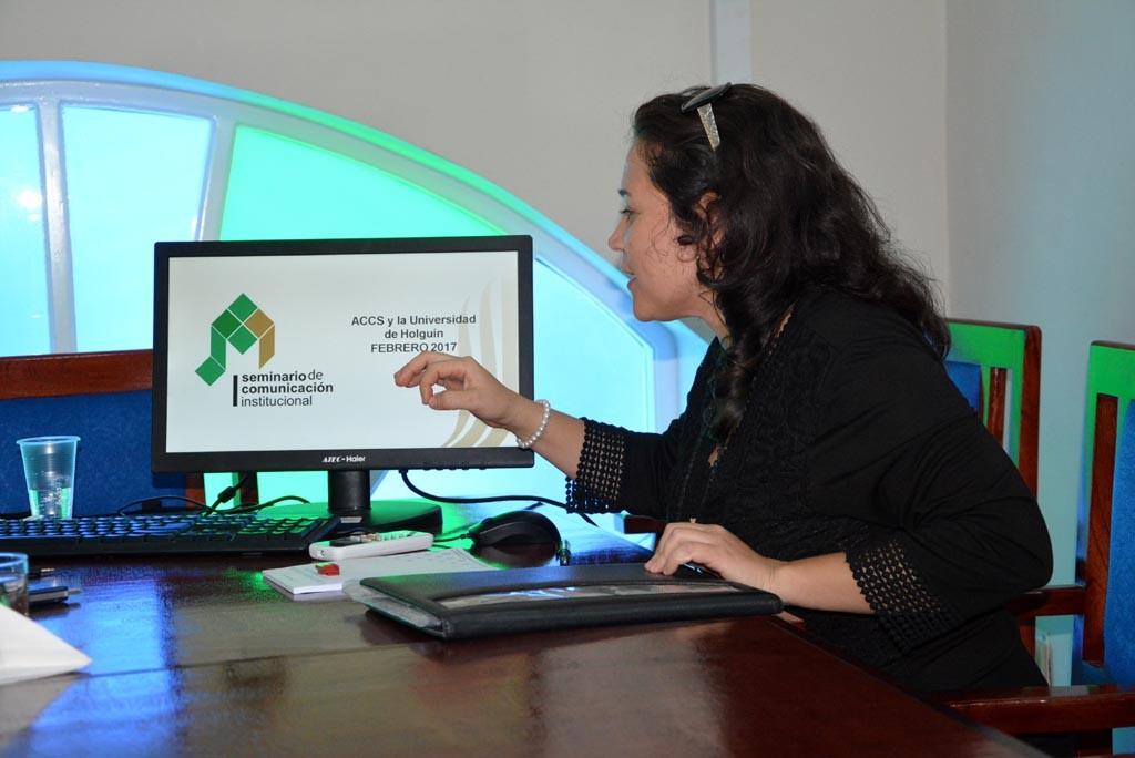 La M.Sc. Lisneth Rodríguez Hernández, Directora de Comunicación Institucional de la Universidad de Holguín, presentó además la Convocatoria al 1er. Seminario de Comunicación Institucional, a desarrollarse en la UHo a finales de febrero del 2017. UHO FOTO/Luis Ernesto Ruiz Martínez
