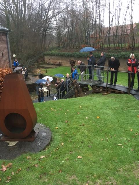 Opening Vissluis Everlose beek, symbolisch worden de vissen handmatig overgezet – Aannemingsbedrijf M.J. van Uijtert en Zn. -