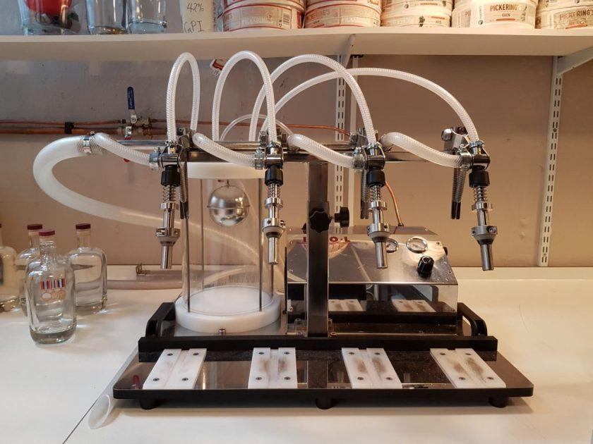 Met deze machine worden de flessen gevuld.