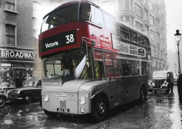 Le Routemaster en 1956 se transforme en l'un des nouveaux bus de Londres.