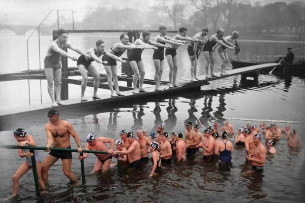 Des nageurs en 1936 et de nos jours à La Serpentine.