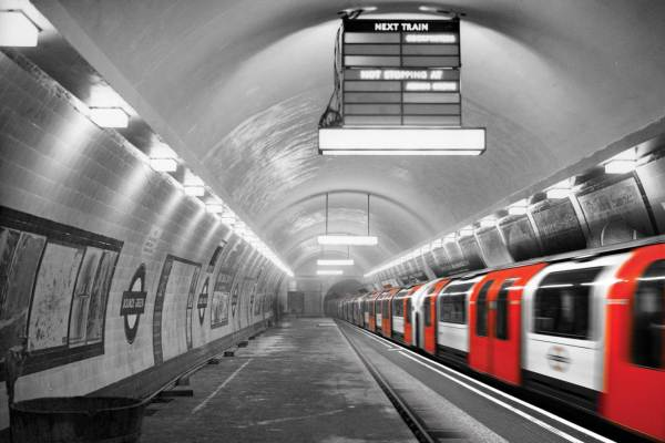 Plateforme de métro en 1932 et train qui s'en va de nos jours.