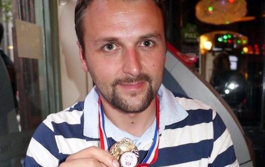 <!--:sq-->Lavdim Zylfiu kthehet në Kosovë nga turneu World Adventure Golf Masters 2012 në minigolf me medalen e bronztë<!--:-->