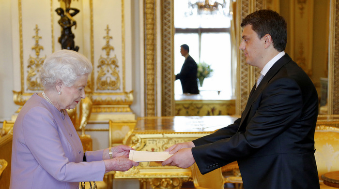 <!--:en-->His Excellency Mr Lirim Greiçevci was received in audience by The Queen <!--:--><!--:sq-->Ambasadori i Republikës së Kosovës në MB, Lirim Greiçevci, dorëzoi letrat kredenciale te Lartmadhëria e Saj Mbretëresha Elizabeta II<!--:-->