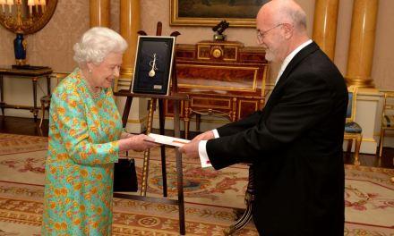 <!--:sq-->Ambasadori shqiptar në Britani Z. Mal Berisha, paraqet Letrat Kredenciale tek Madhëria e Saj, Mbretëresha Elizabeth II<!--:-->