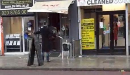 <!--:sq-->Sulmuesi me thikë në videon në YouTube është një shqiptar nga Londra?<!--:-->