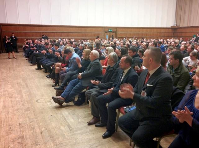 Pjesetare te komunitetit shqiptar degjojne fjalimin e Hashim Thacit