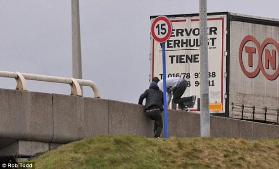 Japin edhe jetën e tyre qe të arrijnë në Britani: katër imigrantë përfshi një shqipar vdesin në Calais brenda një jave