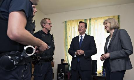 David Cameron dhe Theresa May brenda shtëpisë në të cilën u arrestuan shqiptarët.