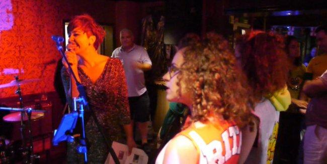 Ankandi i bamirësisë në pabin Queens Arms në Londër me 4 korrik 2014. Në foto shihen bluzat e Rita Orës qe ajo i veshi gjatë filmimit të videos This Is How We Do It.