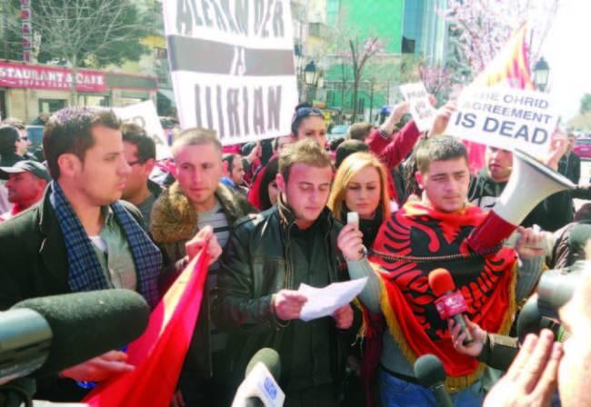 Pamje e njeres nga protestat e shumta qe u mbajten ne Maqedoni dhe vend tjera ne lidhje me padrejtesite ndaj shqiptareve te Maqedonise.