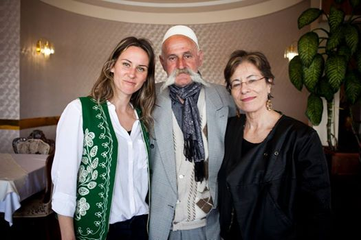 Ne foto nga e majta: Alketa Xhafa me Rifat Jasharin dhe Anna Di Lellio-n