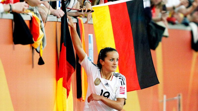 <!--:en-->Past has important role in life of German-Albanian footballer Fatmire Alushi<!--:-->