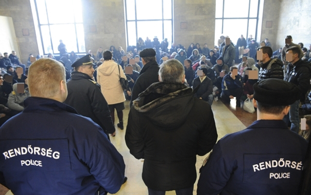 Hungarian officials force to strip naked entire Kosovar families, in asylum detention centres
