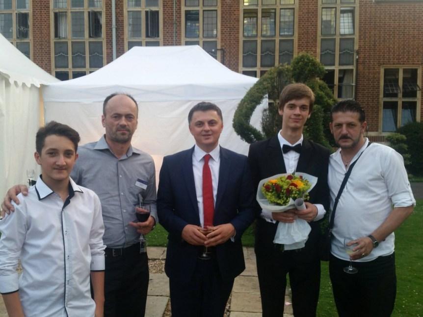Ambasadori Lirim Greiçevci (në mes) me violinistët e talentuar Arsim Gashi dhe Bardh Lepaja dhe prindërit e tyre, në shkollën e mirënjohur Whitgift në Londër.