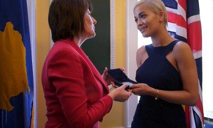 Presidentja e Kosovës dekoron Rita Orën me titullin 'Ambasadore Nderi e Kosovës'