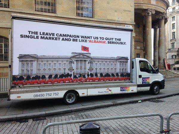 Në Londër kanë nisur të shpalosen billborde me flamurin shqiptar mbi Buckingham Palace.