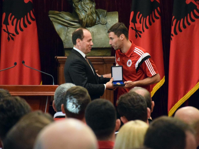 "Albanian President, Bujar Nishani awarding the national team captain, Lorik Cana with ""Honor of the nation"" medal | Photo: LSA"