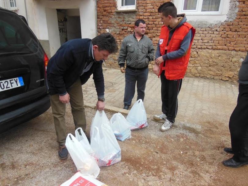 """""""Basketistat"""" nga Londra ndihmojnë 96 familje në Kosovë e në Kukës"""