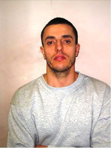 """Arben Rexha (apo Lulzim Qeleposhi) i dënuar me 10 vite burg, i cili vrau gruan me thikë në Londër, duke ia prerë gati kokën, për shkak të fiksimit që kishte me """"virgjinitetin"""" dhe """"tradhëtinë"""" e saj."""