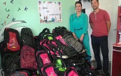 Basketistat dhurojnë çanta shkolle për fëmijët e Kosovës
