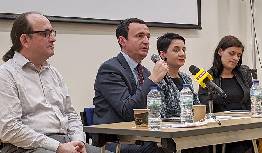 Albin Kurti, i shoqëruar nga deputetet Fitore Pacolli, Saranda Bogujevci, dhe koordinatori i LVVsë në Britani Agim Morina (majtas), u takuan me pjesëtarë të komuniteti shqiptar të Britanisë së Madhe, në Algate të Londrës, me 18 tetor 2019.