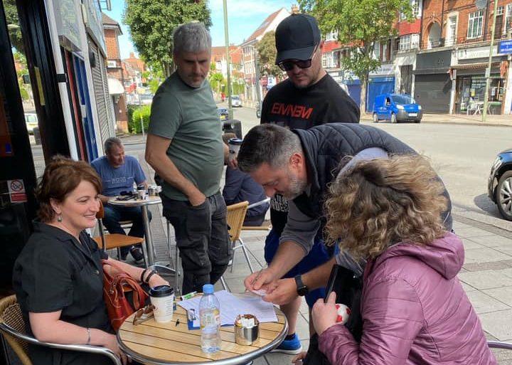 Shqiptarë të Londrës duke nënshkruar peticionin Duam Zgjedhje në kafenenë Carpe Diem të organizuar nga Lëvizja Vetevendosje! në Londër.