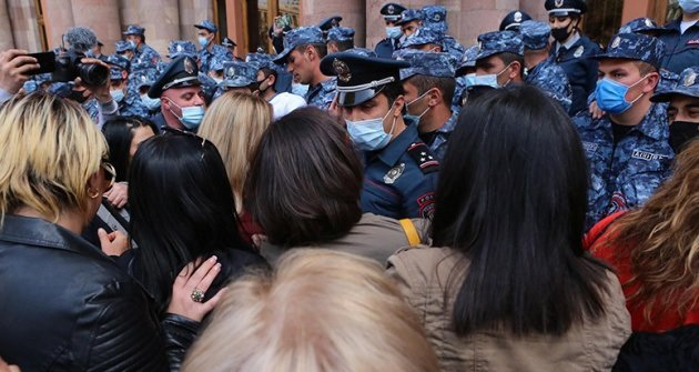 أرمينيا النساء يقتحمن مبنى الحكومة مما يسفر عن اندلاع الاشتباكات