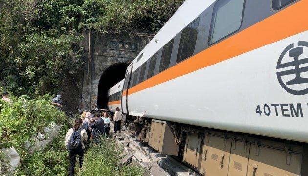 خروج قطار عن مساره يقتل 36 شخصا
