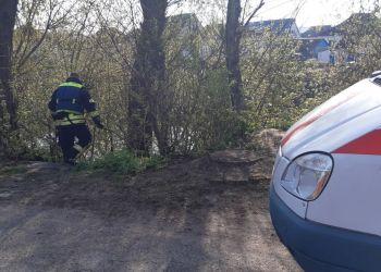 رجال الشرطة يعثرون على جثة رجل بالقرب من النهر في منطقة كييف
